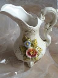 Porzellankanne mit applizierten Blumenornamenten